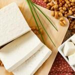 Tofu and soy beans to illustrate the benefits of tofu