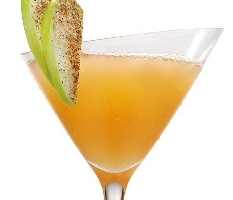 Closeup of an Apple Pie Martini with a green apple garnish