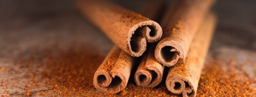 closeup of cinnamon sticks and ground cinnamon to illustrate cinnamon benefits